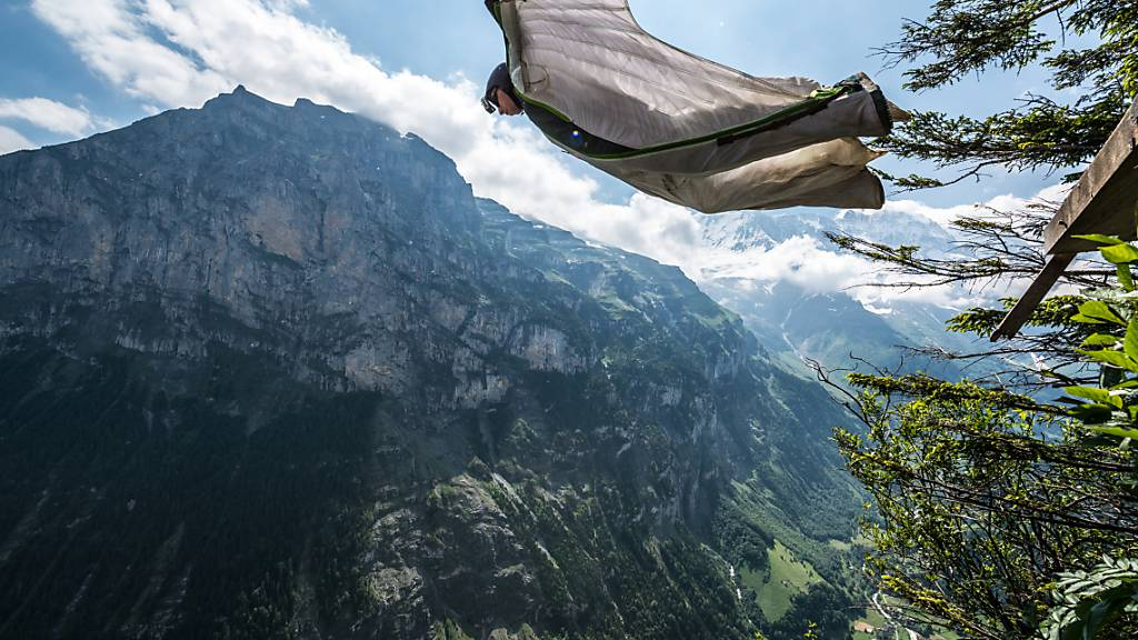 ARCHIV - Ein Base-Jumper springt (26.06.2014) mit seinem Wingsuit in Lauterbrunnen, Schweiz von einem Felsen in die Tiefe. Wiederholt kommt es bei der Extremsportart zu tödlichen Unfällen. Jetzt verunglückte eine Frau Berg Katthammaren (Norwegen), nachdem dort bereits letztes Jahr eine Frau verstorben war. Foto: Damien Deschamps/dpa