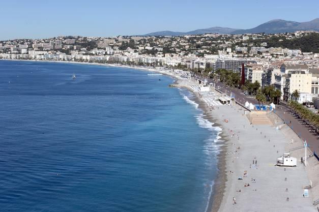Nizza am Tag danach. Links das Meer, rechts die Promenade des Anglais, wo es zur schrecklichen Tat kam.