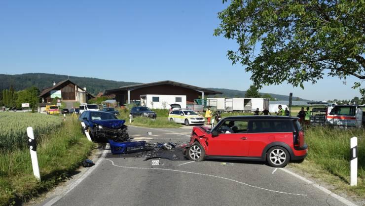 Bei Dübendorf sind diese beiden Fahrzeuge frontal zusammengeprallt. Zwei Personen wurden verletzt.