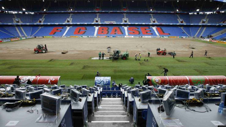Spezialisten der niederländischen Firma Hendriks verlegen am 16. und 17. Juni 2008 – mitten während der Euro – einen neuen Basler Joggeli-Rasen. Die braunen Streifen sorgten anschliessend für viel Kritik. 60 Liter Regen pro Quadratmeter in 20 Minuten hatten dem Vorgängerrasen den Rest gegeben.