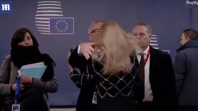 Juncker wuschelte der stellvertretenden Protokollchefin der EU-Kommission, Pernilla Sjölin, zur Begrüssung kräftig durch die blonden Haare.