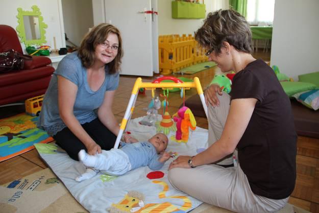 Kindertagesstättenleiterin Kerstin Reissig mit dem 14 Wochen alten Matteo und seiner Mutter