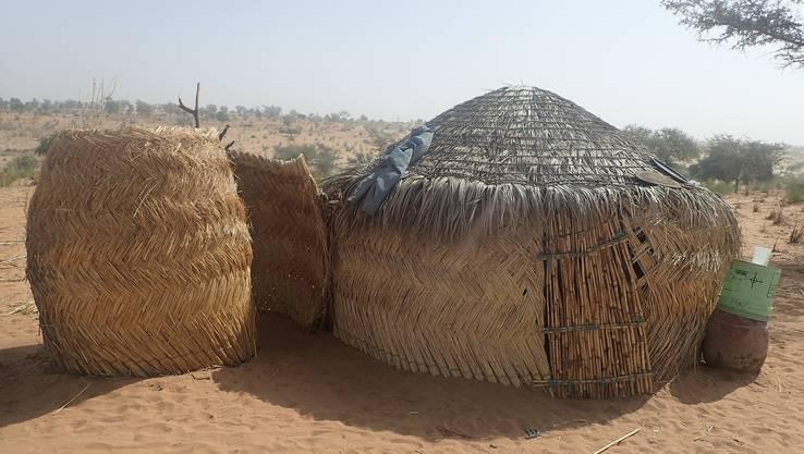 Die Menschen von Bouara leben in einfachen Strohhütten, die sie von Zeit zu Zeit verschieben.
