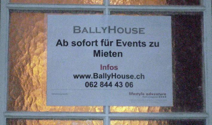 Dieser Anschlag ermuntert Interessenten, Räume im Kosthaus zu mieten.