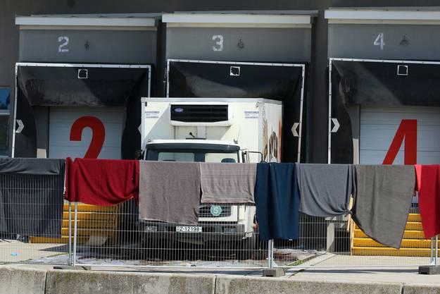 Der Lastwagen mit den 71 toten Flüchtlingen wird untersucht.