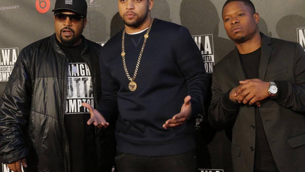 """Rapper O'Shea Jackson, genannt Ice Cube (l) neben seinem Sohn O'Shea Jackson Jr, der in """"Straight Outta Compton"""" den Vater spielt (M) und Jason Mitchell (r), der Eazy-E darstellt (Archiv 24.8.)."""
