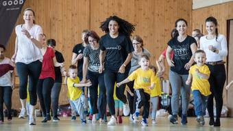 Dürfen Kinder weiter Sport treiben? Welchen Einfluss haben die Massnahmen des Bundesrates sonst noch auf den Schweizer Sport? Dieses Symbolbild zeigt die Leichtathletin Mujinga Kambundji in Luzern mit Kindern. Fotografiert im Januar 2020.