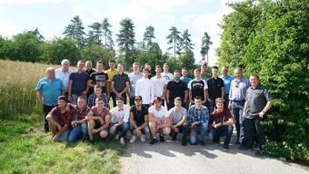 Beste Stimmung vor grüner Kulisse: Die frischgebackenen Forstwarte EFZ mit Betreuern.