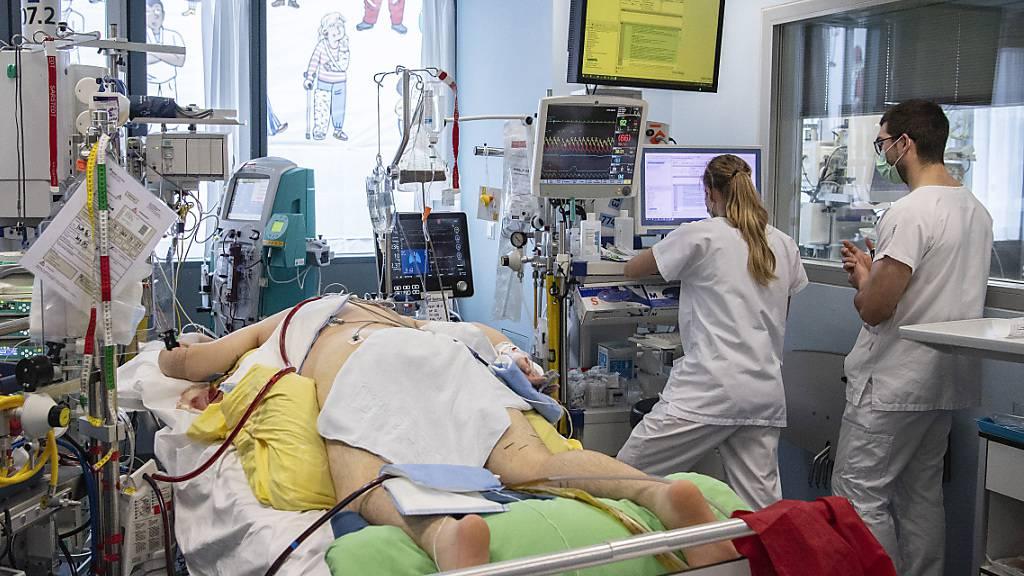 Trotz Höchstbelastungen in der Corona-Pandemie «feiert» der  Schweizerische Berufsverband der Pflegefachpersonen (SBK) am Mittwoch den Internationalen Tag der Pflege. Er geht zurück auf den Geburtstag von Florence Nightingale am 12. Mai 1820. Sie gilt als Begründerin der modernen Krankenpflege.