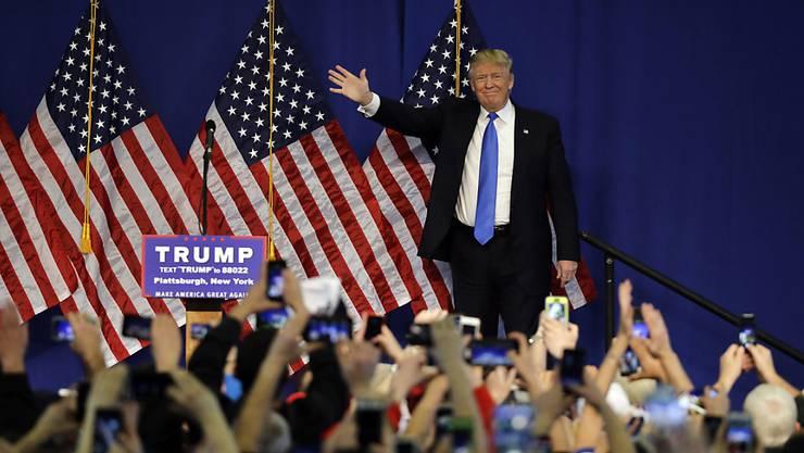 Der ehemalige Reality-Show Boss, Baulöwe, Milliardär, und US-Präsidentschaftskandidat Donald Trump grüsst seine Fans bei einer Wahlkampf-Veranstaltung im Staate New York.
