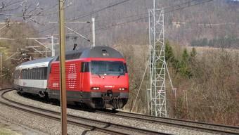 Eine Mobilfunkanlage soll an der Bözbergbahnlinie bei Hornussen (siehe Baugespann) erstellt werden.