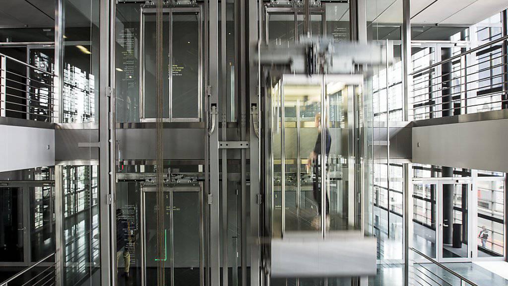 Beim Lift- und Rolltreppenhersteller Schindler geht es mit dem Umsatz nach oben. Im Bild ein Schindler Lift im KKL Luzern (Archivbild)