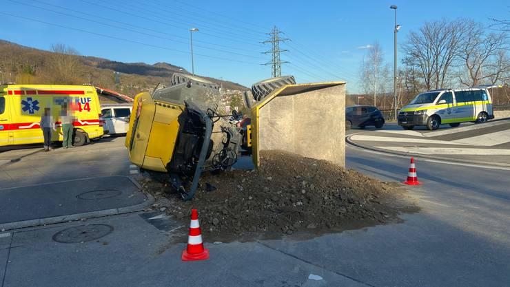 Küttigen AG, 24. Februar: Im Horentalkreisel in Küttigen kippte am Montagnachmittag ein Lastwagen zur Seite. Zur Räumung wurde der Kreisel für den Verkehr gesperrt.