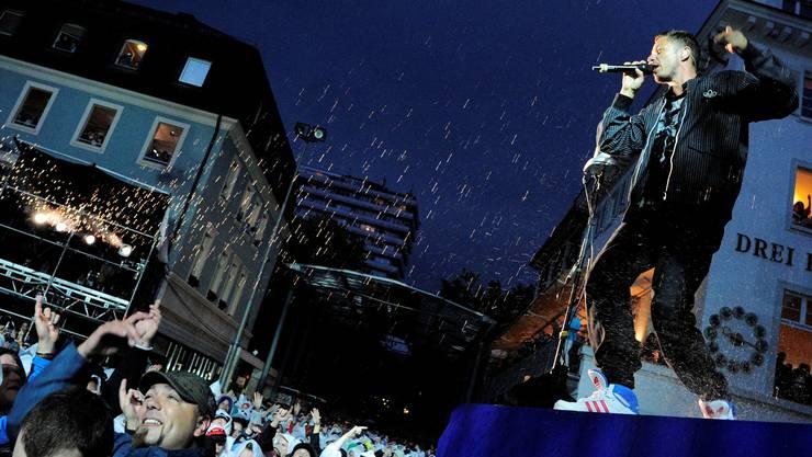 «Die Fantastischen Vier» und ihr begeistertes Publikum lassen sich auf dem Marktplatz in Lörrach durch den heftigen Regen die Stimmung nicht vermiesen.  Kenneth Nars