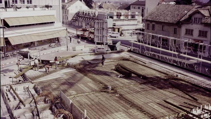 Das Foto zeigt, dass das Gebäude (im Hintergrund) gleichzeitig mit dem Centro-Hochhaus gebaut wurde.