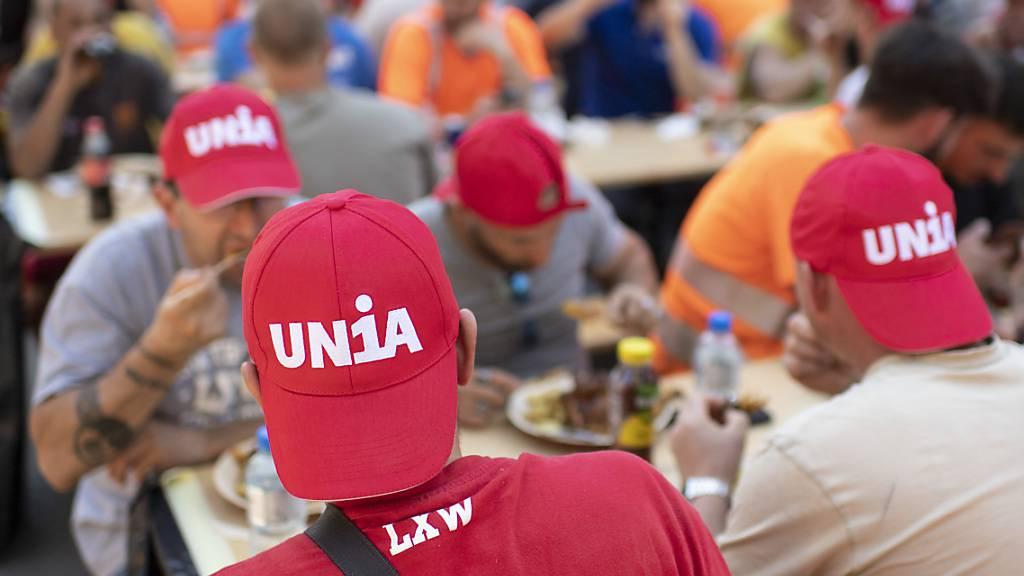 Mitglieder der Gewerkschaft Unia beim Zmittag: Arbeiter, die einem GAV unterstehen, erhielten 2020 0,9 Prozent mehr Lohn (Archivbild).