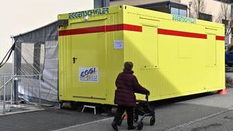 «Corona-Container» vor dem Ärztehaus Balsthal. Hier werden Corona-Verdachtsfälle von anderen Patienten getrennt untersucht.