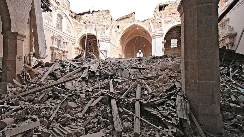Die zerstörte Kirche nach dem Erdbeben in L'Aqula. Nun ist die Basilika di Santa Maria di Collemaggio nach der Restauration wieder eröffnet worden. (Archiv)