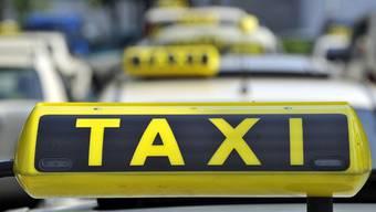 Heute gilt für Taxifahrer eine spezielle Verordnung, welche die Arbeits- und Ruhezeit regelt. Dies führe zu einem verzerrten Wettbewerb zulasten der Taxis. (Symbolbild)