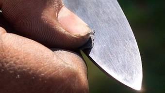 Der Somali sticht dem Afghanen mit einem kleinen Messer von hinten in die linke Schulter. (Symbolbild)