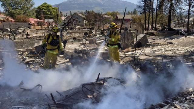 Feuerwehrmann in Aktion im nordkalifornischen Ort Weed