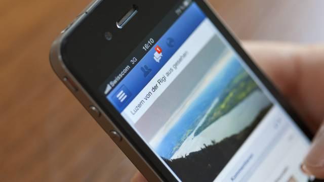 Die Facebook-App auf einem Smartphone (Symbolbild)