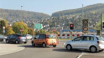 Die Schliessung einer Fahrtrichtung im Schönthaltunnel führt auch zwischen den Hauptpendlerzeiten zu langen Staus auf der Rheinstrasse.