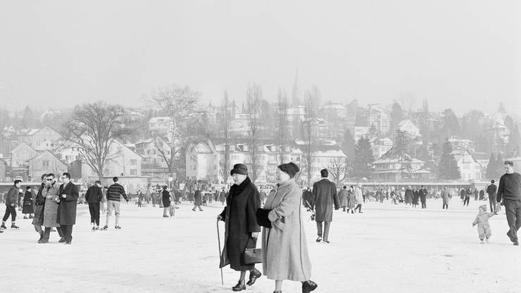 Menschen vergnügen sich auf dem zugefrorenen Zürichsee während der Seegfrörni