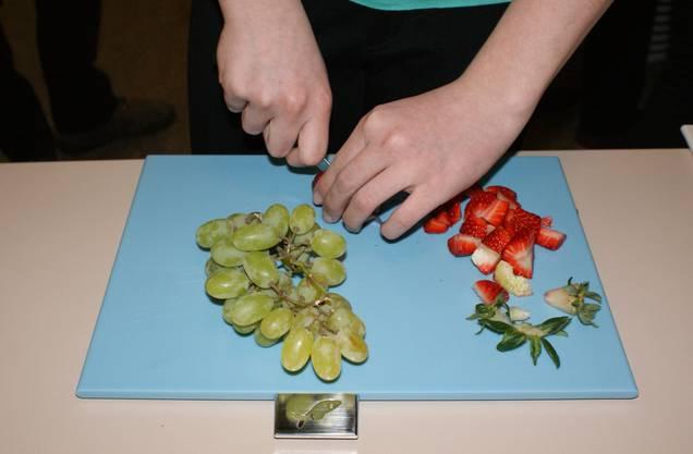 Fruchtsalat schnipseln.