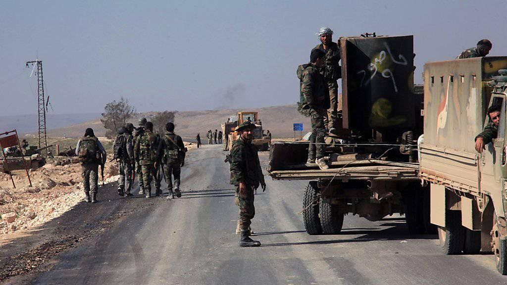 Syrische Soldaten auf der Strasse nach Aleppo: Trotz Feuerpause lässt die Armee offenbar keine Hilfslieferung in die belagerte Stadt.