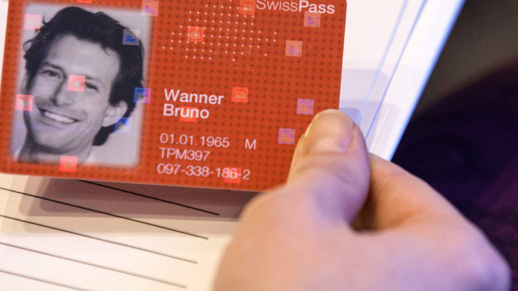 Mitarbeitende der SBB und des öffentlichen Verkehrs erhalten erst einen SwissPass, wenn alle Kundinnen und Kunden auf das neue System umgestellt sind. (Symbolbild)