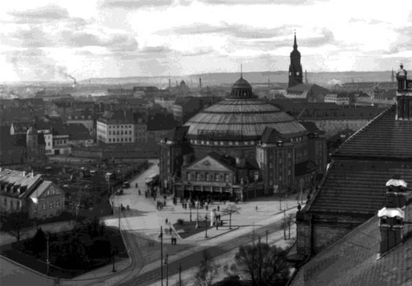 Vor dem Zweiten Weltkrieg war der Zirkus in Dresden sehr erfolgreich und konnte ein fixes Kuppelgebäude benutzen (1912).