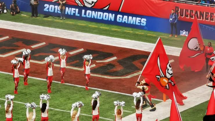 Cheerleaders und Maskottchen: Klassische Show-Einlage nach NFL-Standard.
