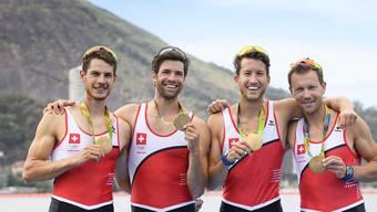 Olympiasieger: Lucas Tramèr, Mario Gyr, Simon Schürch und Simon Niepmann präsentieren ihre Goldmedaillen