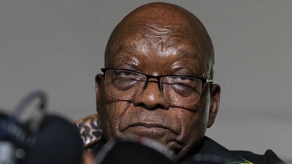 Der ehemalige Präsident Jacob Zuma spricht in seinem Haus in Nkandla, Provinz KwaZulu-Natal, Südafrika. Das Korruptionsverfahren gegen den inhaftierten ehemaligen südafrikanischen Präsidenten verschiebt sich erneut, weil Zumas Gesundheitszustand aktuell in einem Gefängnishospital untersucht wird. Foto: Shiraaz Mohamed/AP/dpa