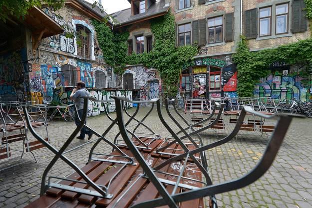 Nach neuerlichen Gewaltakten in der Umgebung des alternativen Berner Kulturzentrums Reitschule lässt die Stadtregierung abklären, ob deren Betreiber den Leistungsvertrag mit der Stadt verletzt haben.(Archivbild)