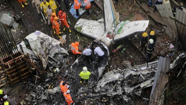 Beim Absturz eines Kleinflugzeugs in einem dicht besiedelten Gebiet der indischen Wirtschaftsmetropole Mumbai sind fünf Menschen ums Leben gekommen.