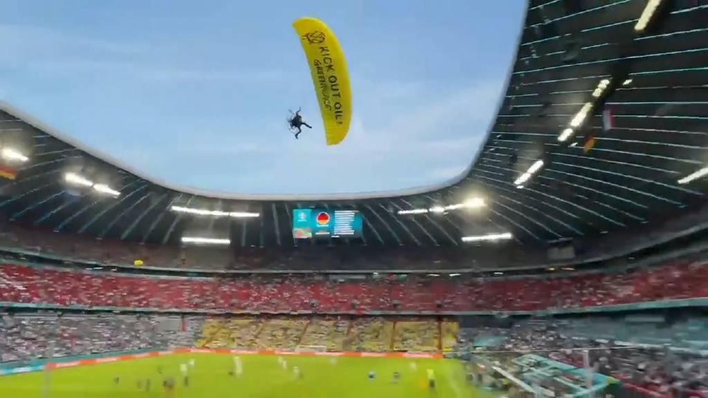 Greenpeace-Gleitschirm verliert Kontrolle und crasht in EM-Stadion