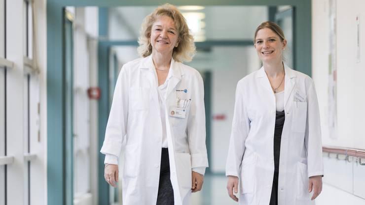 Apothekerin Dr. Brigitte Morand und Ärztin Dr. Isabelle Amrhein Helg kontrollieren die Medikamente aller Bewohner des Lindenfelds in Suhr.