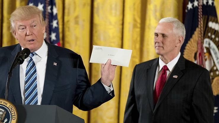 Kurz nach der Amtsübernahme präsentierte Trump (l.) den Brief seines Vorgängers, ging aber damals nicht auf dessen Inhalt ein.