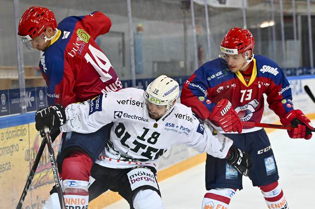 Oltens Evgeni Chiriayev an der Bande gegen Timo Haussener.