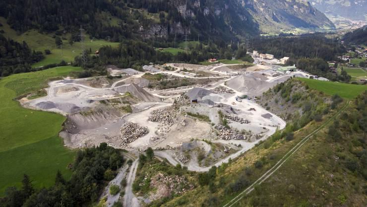 Verschmutzter Aushub beim Steinbruch Mitholz soll mutmasslich für das Fischsterben verantwortlich sein.
