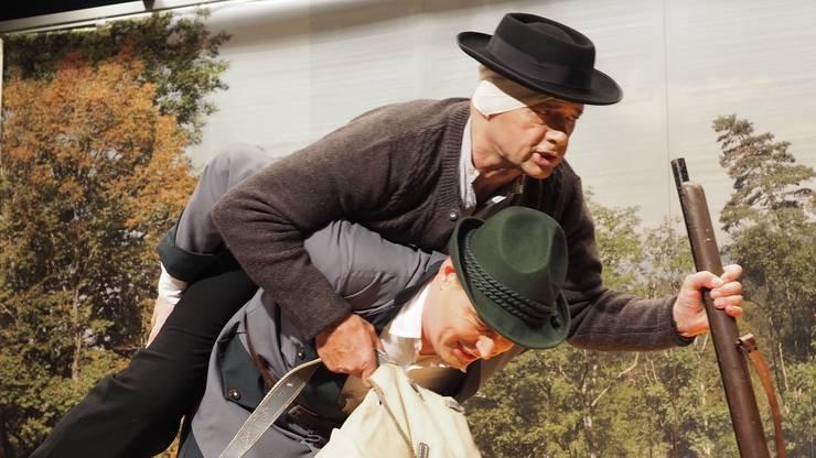 Balz Kägi (Markus Hauser) nimmt den verletzten Schacher Sepp Huckepack.