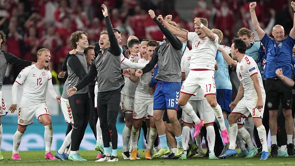 Die dänische Mannschaft jubelt im Parken-Stadion von Kopenhagen.