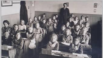 Name gesucht: Der Lehrer und Schriftsteller Traugott Vogel (1894 - 1975) steht hinter der Dietiker Schulklasse im Jahr 1922.