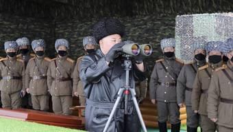 Der nordkoreanische Machthaber Kim Jong Un beobachtet Militärübungen in seinem Land. Nach Angaben Südkoreas wurden zwei Projektile aus Nordkorea in Richtung Meer abgefeuert. (Foto: KCNA  via AP Keystone-SDA)