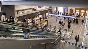 Weniger Leute, aber keine Leere: Der Bahnhof Basel SBB am Montagmorgen.