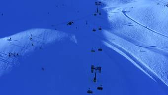 Zwei Skifahrer sind im Skigebiet Corviglia miteinander kollidiert. Dabei starb der eine, der andere wurde leicht verletzt.