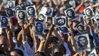 Menschen auf Kuba und in anderen südamerikanischen Ländern gedenken dem vor 50 Jahren erschossenen Guerillakämpfer Che Guevara.