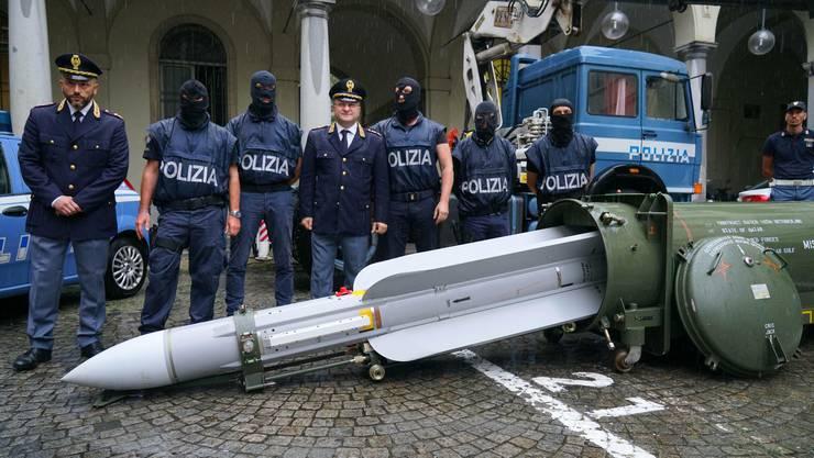 Die knapp vier Meter lange Luft-Luft-Rakete, die Anfang Woche in der Nähe von Turin beschlagnahmt wurde.